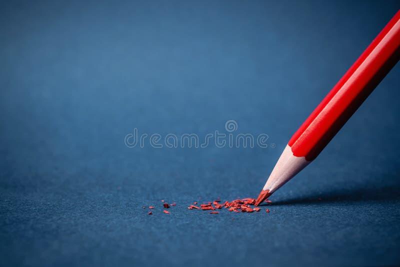 Czerwony ołówek na błękitnym papierze zdjęcia royalty free
