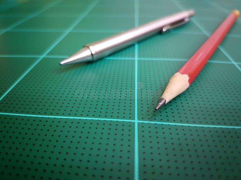Czerwony ołówka i srebra pióro zdjęcia royalty free