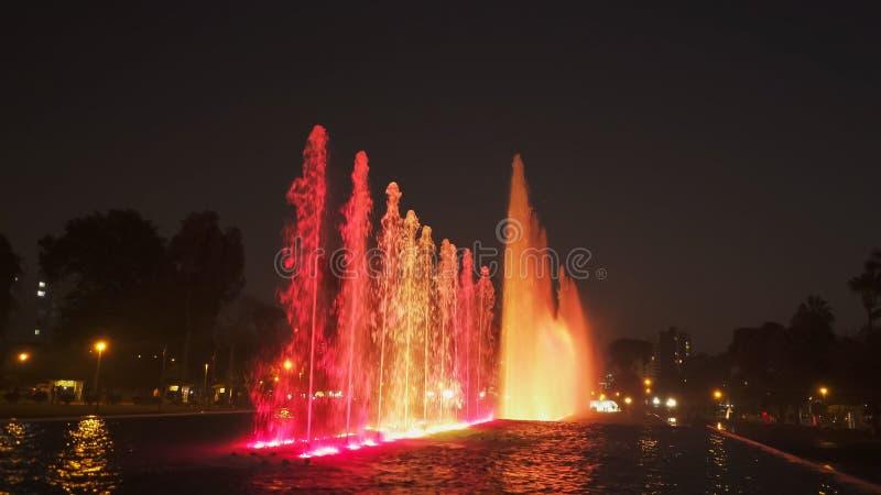 Czerwony oświetlenie na magicznej wodnej obwód fontannie w Lima fotografia royalty free