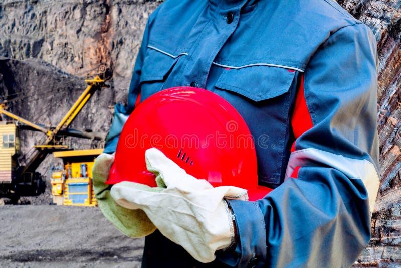 Czerwony ochronny hełm pracownik w dodatku specjalnym odziewa obrazy royalty free