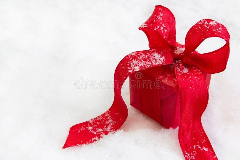 Czerwony odosobniony prezent lub teraźniejszość z faborkiem dla bożych narodzeń zdjęcie stock