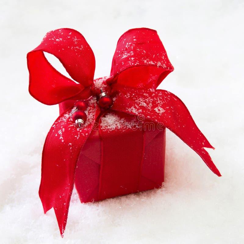 Czerwony odosobniony prezent lub teraźniejszość z faborkiem dla bożych narodzeń obraz royalty free