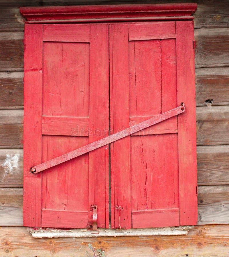 Czerwony okno w starym domu fotografia stock
