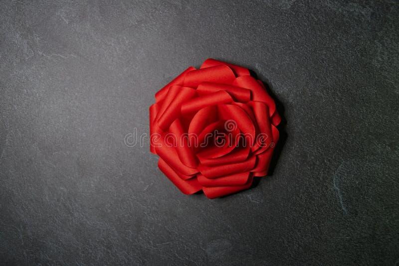 Czerwony Origami r??y okwitni?cie - Papierowa sztuka na Textured tle obraz stock