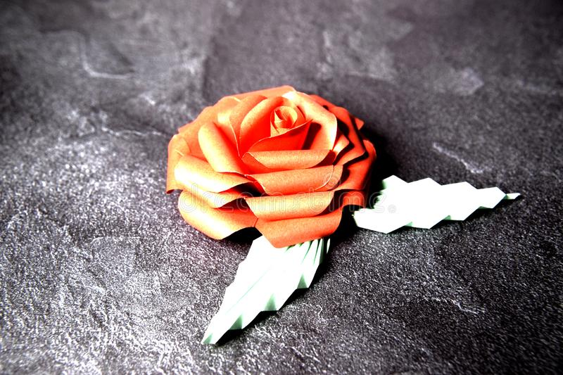 Czerwony Origami r??y okwitni?cie - Papierowa sztuka na Textured tle zdjęcia royalty free