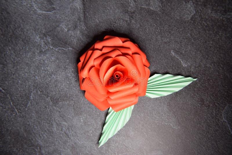 Czerwony Origami r??y okwitni?cie - Papierowa sztuka na Textured tle zdjęcie stock