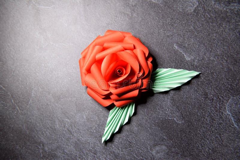Czerwony Origami r??y okwitni?cie - Papierowa sztuka na Textured tle zdjęcia stock
