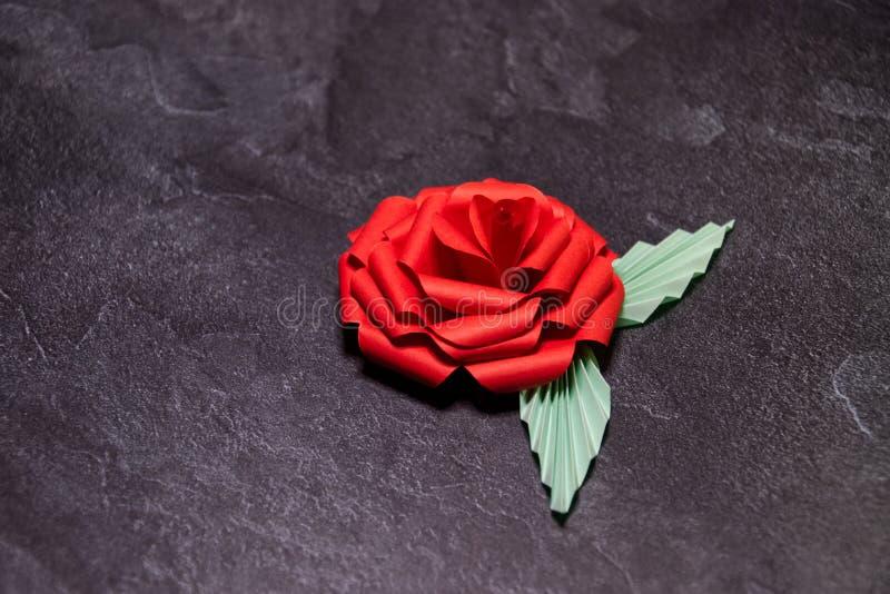 Czerwony Origami r??y okwitni?cie - Papierowa sztuka na Textured tle obrazy stock