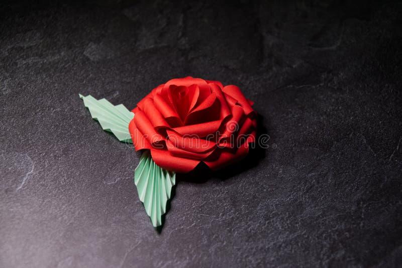 Czerwony Origami r??y okwitni?cie - Papierowa sztuka na Textured tle obraz royalty free