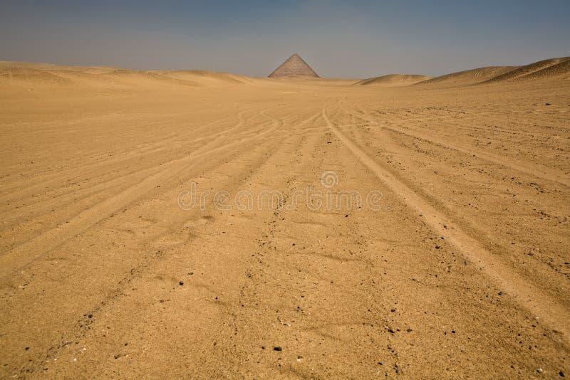 Czerwony ostrosłup na pustyni fotografia royalty free