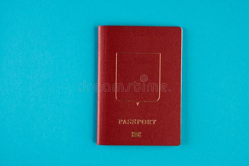 Czerwony paszportowy dokument podróżny na błękitnym tle fotografia stock
