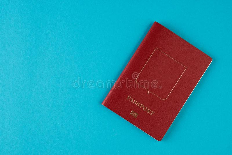 Czerwony paszportowy dokument podróżny na błękitnym tle obrazy stock