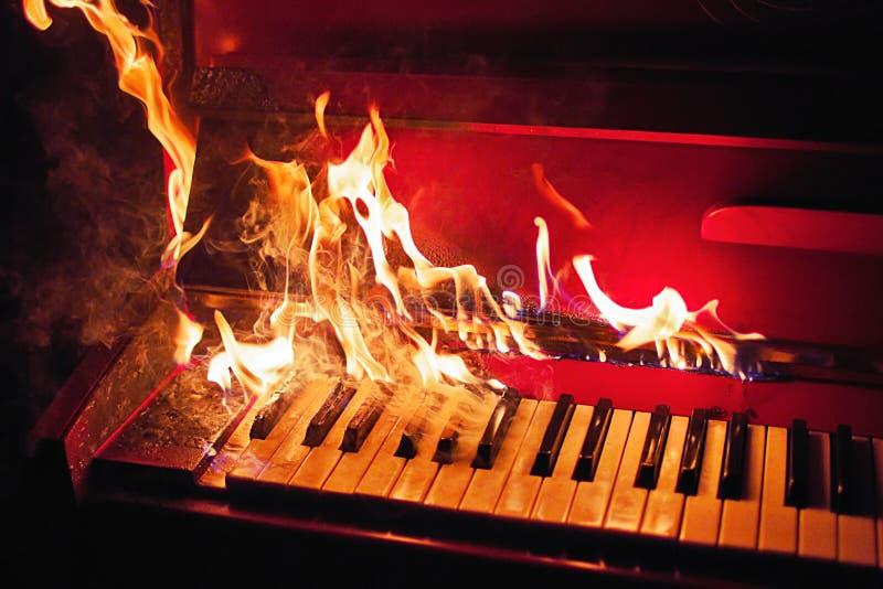 Czerwony pianino w pomarańczowych płomieniach zdjęcia royalty free