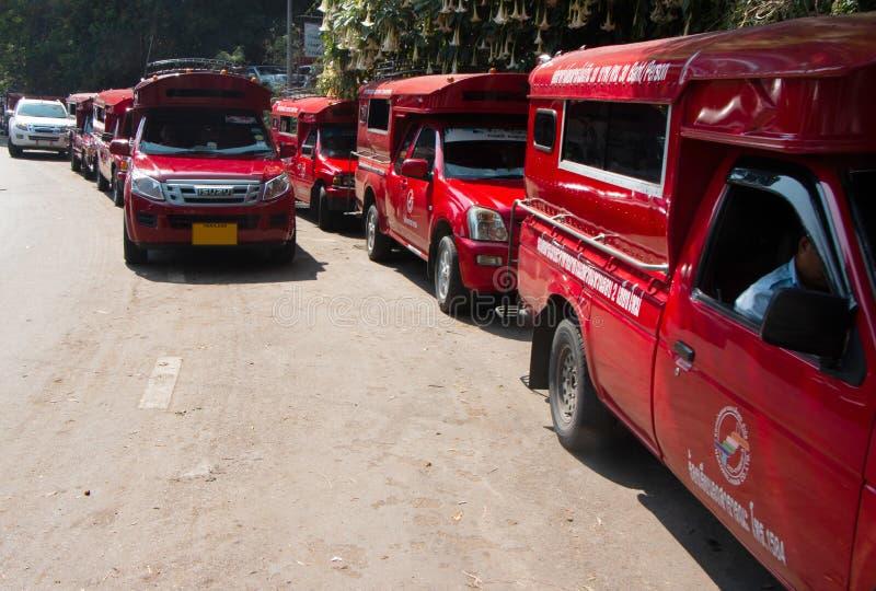 Czerwony pickup na wzgórzu w Chiang Mai, Tajlandia obraz royalty free