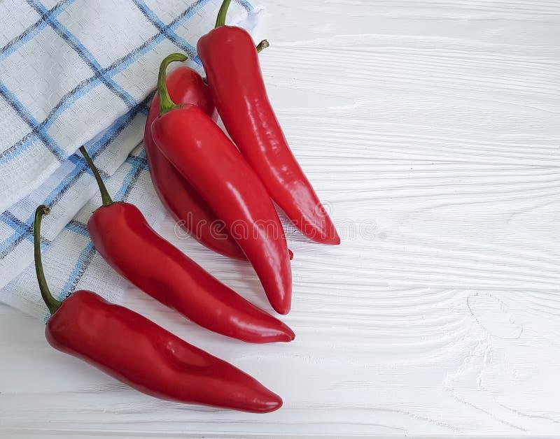 Czerwony pieprz świeży na białym drewnianym tle zdjęcia stock