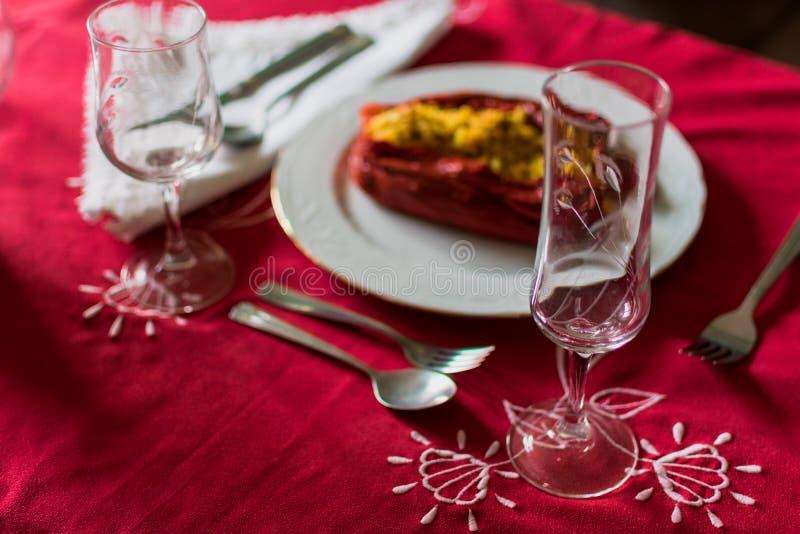 Czerwony pieprz faszerowa? z ry? i mi?sem w luksusowym cutlery fotografia royalty free