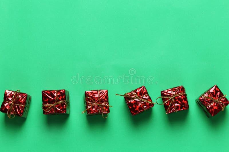 Czerwony prezenta pudełko Bożenarodzeniowa dekoracja na zielonym sztuka papieru backgrou obraz stock