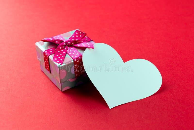 Czerwony prezenta pudełko z równiny kartą obrazy stock