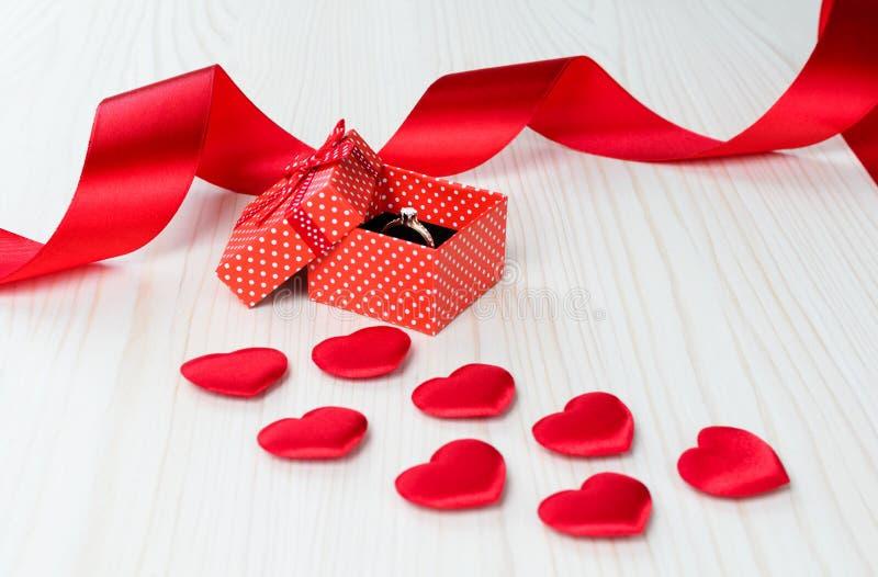 Czerwony prezenta pudełko z złotym pierścionkiem fotografia stock