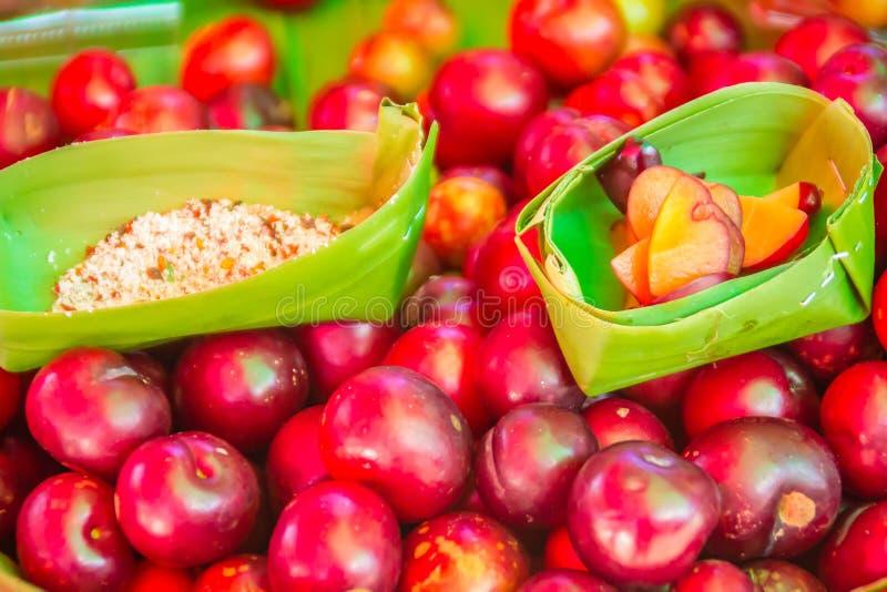 Czerwony ramontchi owoc Flacourtia indica dla sprzedaży przy miejscowego rynkiem w Chiang Raja, Tajlandia Flacourtia indica także obraz stock
