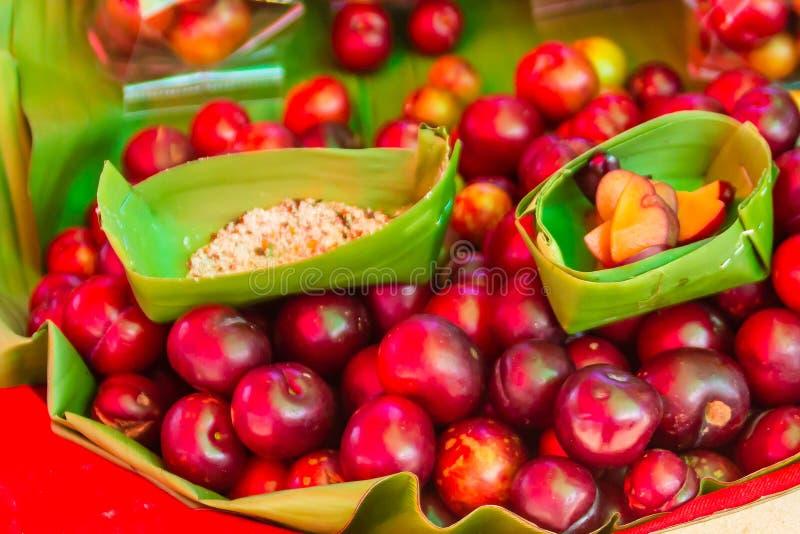 Czerwony ramontchi owoc Flacourtia indica dla sprzedaży przy miejscowego rynkiem w Chiang Raja, Tajlandia Flacourtia indica także zdjęcia royalty free