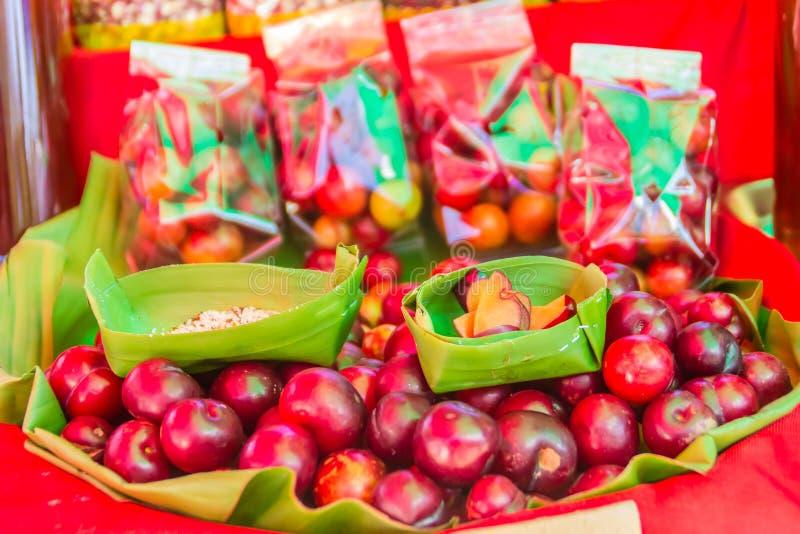 Czerwony ramontchi owoc Flacourtia indica dla sprzedaży przy miejscowego rynkiem w Chiang Raja, Tajlandia Flacourtia indica także fotografia royalty free