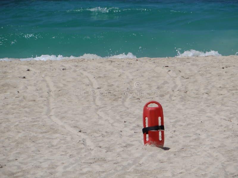 Czerwony ratownika ratownik w piasku przy plażą obraz royalty free
