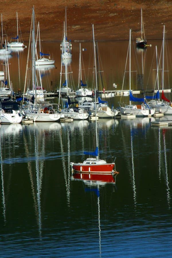 Download Czerwony rejs obraz stock. Obraz złożonej z woda, żaglówka - 138625