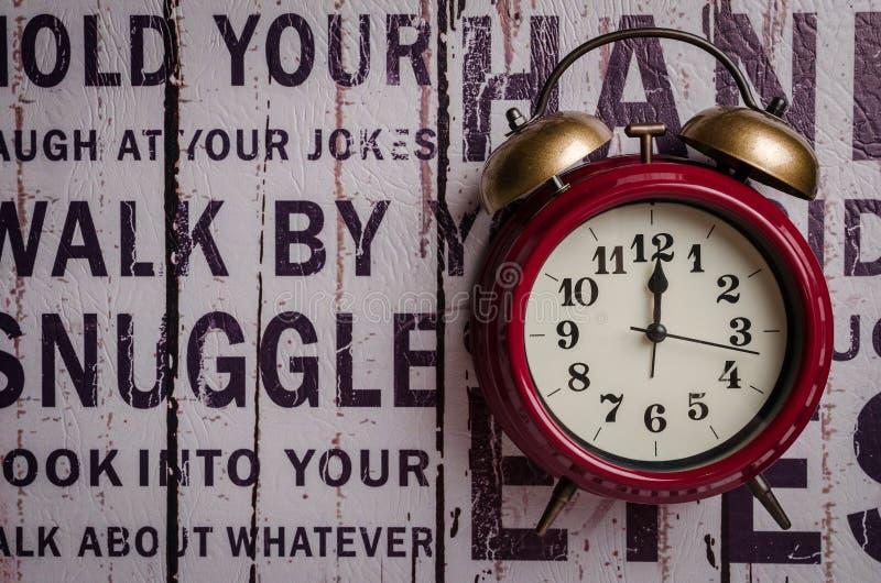 Czerwony retro dzwonu alarmowego zegar na tekstury tle obrazy royalty free