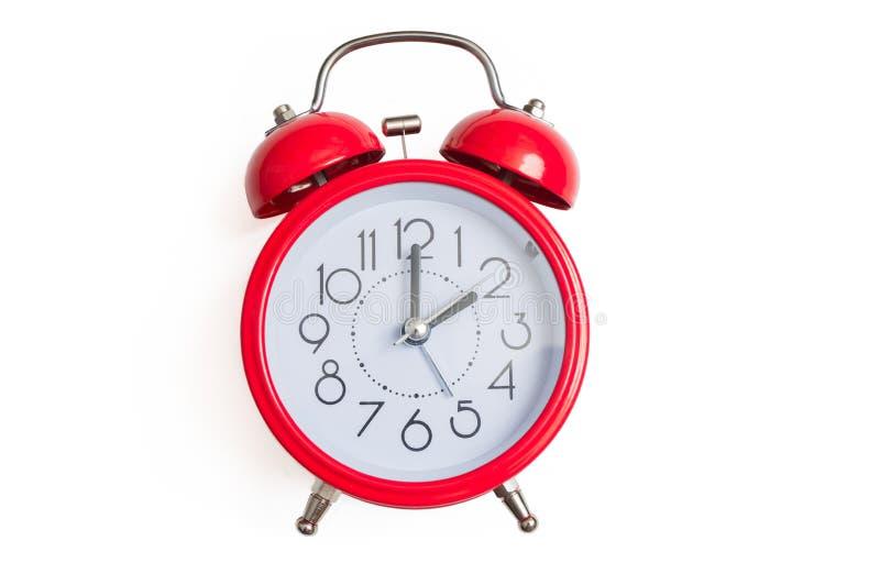 Czerwony retro i rocznik stylowy dzwonkowy budzik odizolowywający na białym tle zdjęcia royalty free