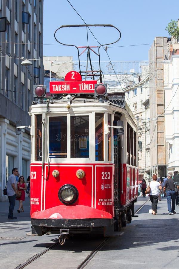 Czerwony rocznika tramwaj na Taksim kwadracie w Istanbuł, Turcja zdjęcie stock
