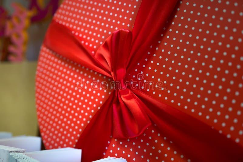 Czerwony round pudełko w polki kropce z faborkiem zdjęcia royalty free