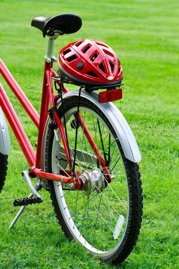 Czerwony rower i hełm obrazy stock