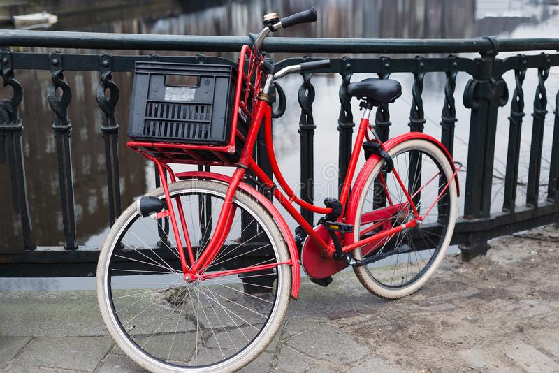 Czerwony rower na moscie nad gracht kanałem, Amsterdam zdjęcia stock