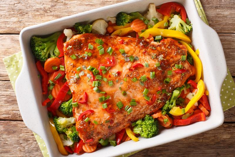 Czerwony rybi polędwicowy piec z warzywami, pikantność i ziele wewnątrz w górę wypiekowego naczynia, horyzontalny odg?rny widok zdjęcia royalty free