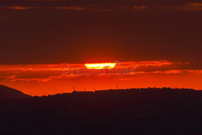 Czerwony słońce przy zmierzchem pod chmurami nad horyzont Epicki dramatyczny obrazek niebo obrazy royalty free