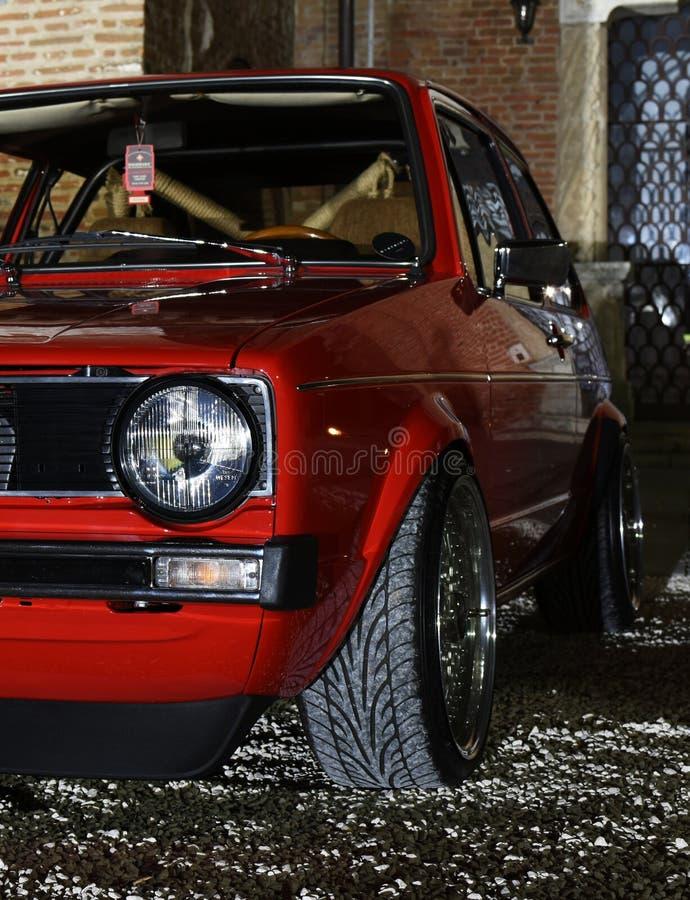 Czerwony samochód przy nocą zdjęcie stock