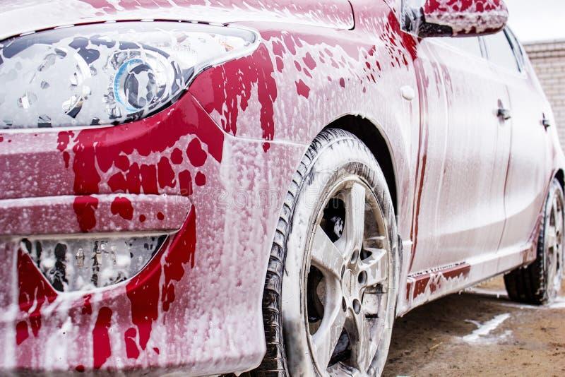 Czerwony samochód w pianie fotografia stock