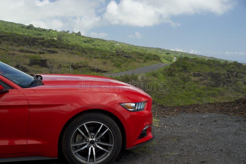 Czerwony samochód Z drogą Popieram ziemię fotografia stock