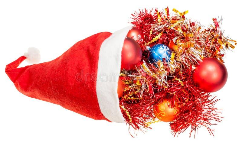 Czerwony Santa kapelusz z xmas dekoracjami i piłkami zdjęcia stock