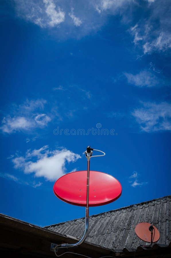 Czerwony Satelitarny TV Paserski naczynie na Starym dachu fotografia stock