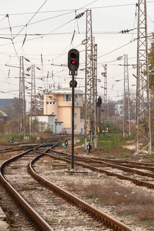 Czerwony semafor i kolejowi ślada lekkiej kolei czerwony przedstawienie sygnału ruch drogowy zdjęcie stock