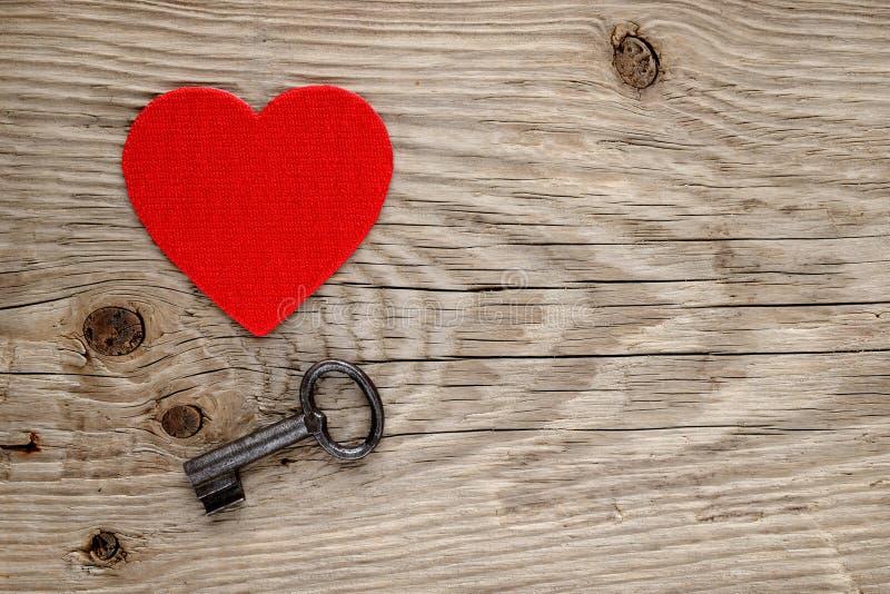 Czerwony serca i rocznika klucz zdjęcie stock