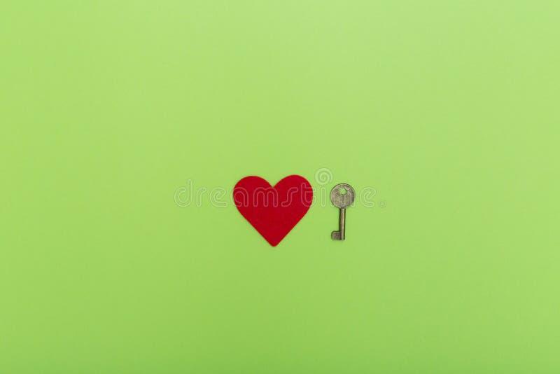 Czerwony serca i rocznika klucz, valentine miłości symbol Walentynka otwiera miłości pojęcie Czerwony serce i klucze na zieleni zdjęcie royalty free