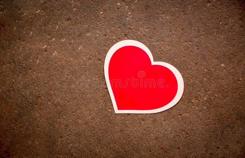 Czerwony serce kłama na betonie obrazy stock