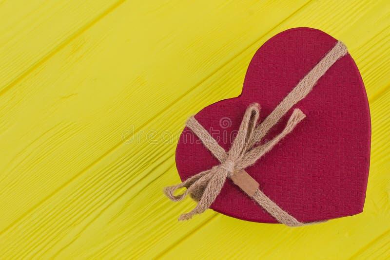 Czerwony serce kształtował prezenta pudełko z łękiem, odgórny widok zdjęcie stock