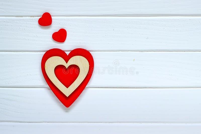 Czerwony serce na białym drewnianym tle tła błękitny pudełka pojęcia konceptualny dzień prezenta serce odizolowywająca biżuterii  obrazy stock