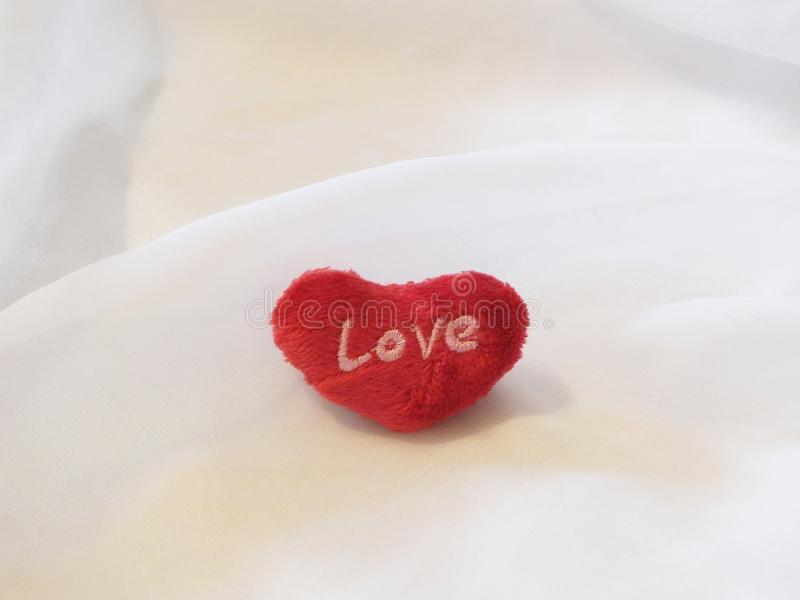 Czerwony serce na białym płótnie obrazy royalty free