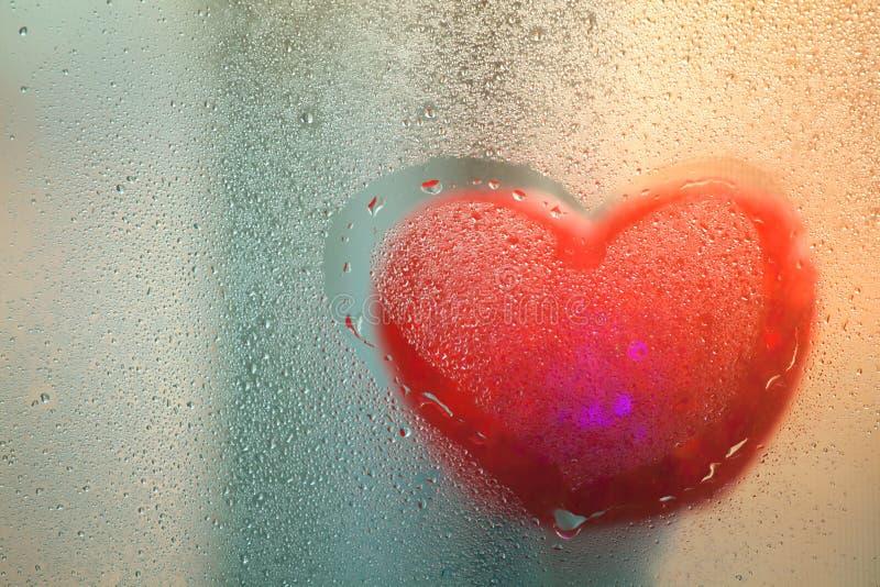 Download Czerwony Serce Na Mokrym Szkle Po Deszczu Zdjęcie Stock - Obraz złożonej z kreatywnie, jaskrawy: 106908268