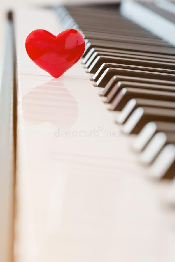 Czerwony serce na pianinie zdjęcia royalty free